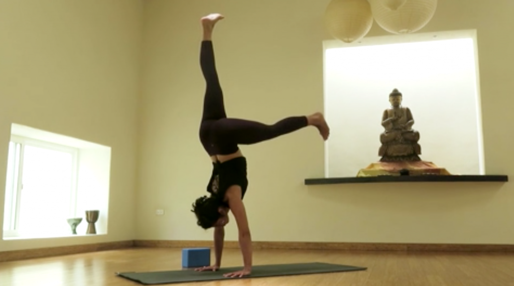 strength-clara-handstand